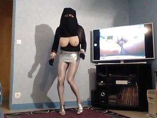 Femelle Musulmane En Niqab Et Mini Jupe