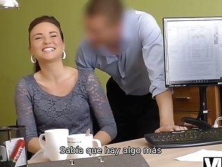 Vip4k. Chica Mind-deep-throating Hace Una Mamada Y Se La Clavan En La Oficina De Préstamos